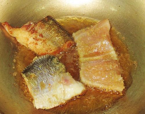 Cách nấu canh cá chua: chiên sơ cá