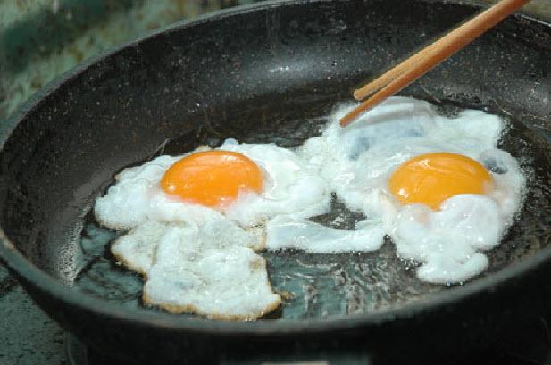 Ốp trứng trong chảo dầu, đun lửa nhỏ để trứng chín đều - mì xào trứng