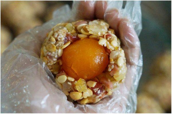 Hướng dẫn cách làm bánh trung thu nhân thập cẩm trứng muối
