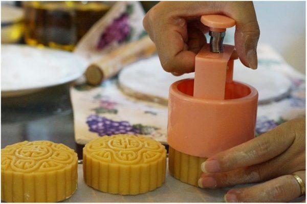 Hướng dẫn cách làm bánh trung thu nhân khoai môn trứng muối