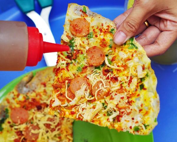 banh trang nuong - Thưởng thức bánh tráng nướng Đà Lạt với tương ớt và sốt mayonnaise các bạn nhé!
