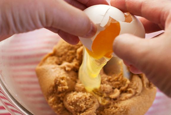 Cho trứng gà vào hỗn hợp - cách làm bánh quy bơ đậu phộng