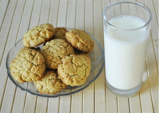 Bữa sáng đầy đủ năng lượng gồm bánh quy bơ đậu phộng và một ly sữa - banh quy