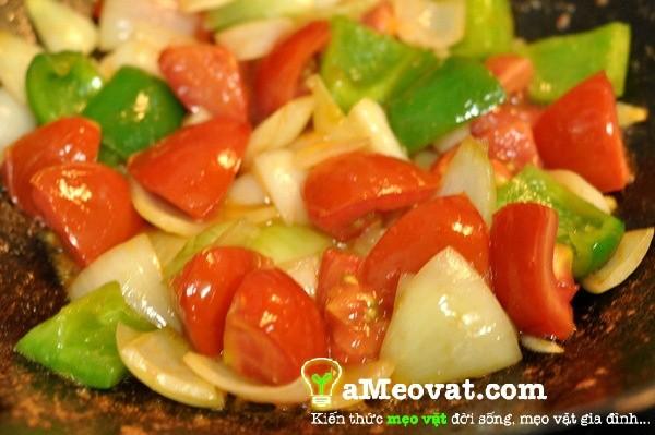 Cách làm bò lúc lắc - Cho hành tây, ớt và cà chua vào xào