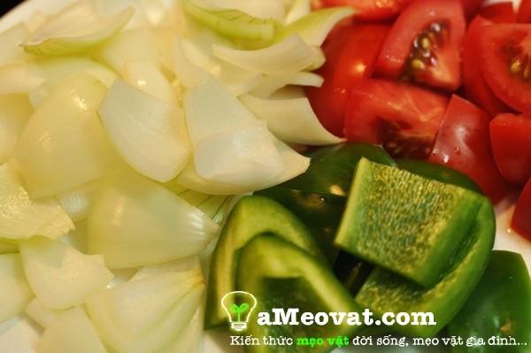 Cách làm bò lúc lắc - Thái hành tây, ớt và cà chua