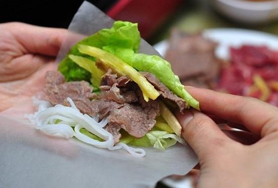 Cách làm bò nhúng dấm - Cuộn thịt bò với bánh tráng