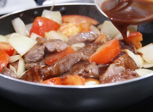 cách làm bò sốt vang - Rưới rượu vang vào nồi hầm thịt bò