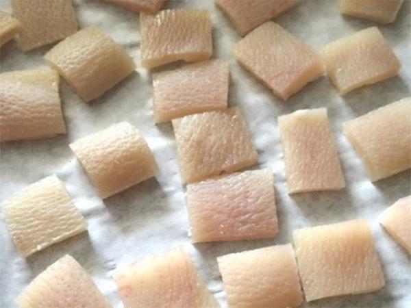Da heo được cắt thành miếng - cách làm da heo chiên giòn