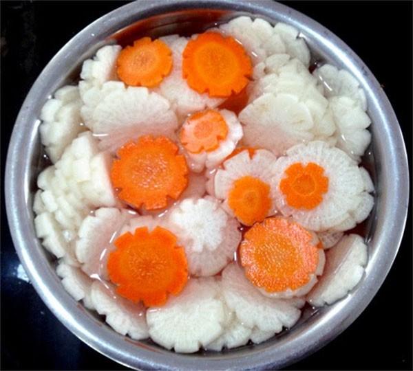 Củ cải và cà rốt thái lát sau đó đem ngâm nước muối - cách làm dưa món