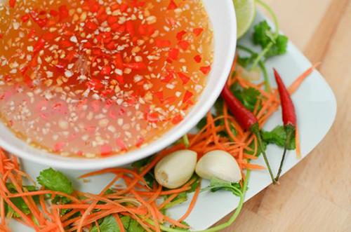 Cách làm gỏi ngó sen tôm thịt - Pha nước mắm trộn với gỏi