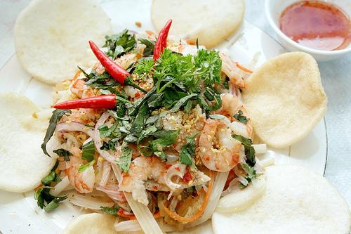 Cách làm gỏi ngó sen tôm thịt - Rắc lạc rang và rau răm lên trên để thưởng thức