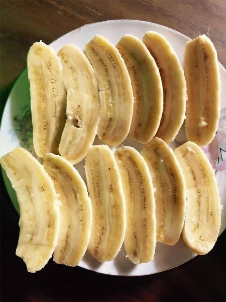 Cách làm kem chuối tại nhà - cắt chuối là một trong những bước thực hiện cach lam kem chuoi
