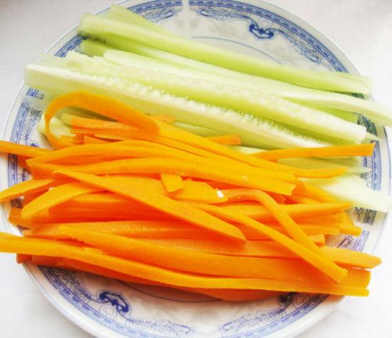 Cách làm sushi - gọt vở dưa chuột và cà rốt rồi thái thành từng thanh dài