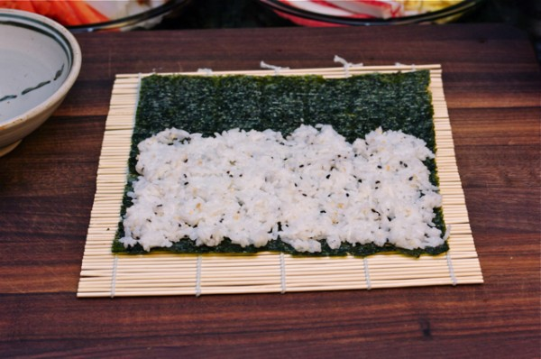 Cách làm cơm cuộn rong biển - Đặt miếng rong biển lên thanh tre cuốn kimbap