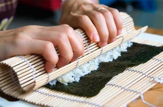 Cơm cuộn hàn quốc - Vừa giữa vừa cuộn cho cuộn cơm thật chặt lại