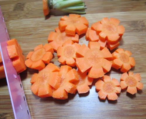 Cách làm mứt cà rốt ngon - cắt cà rốt ra thành từng miếng nhỏ