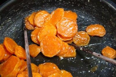 cach-lam-mut-khoai-lang-ngon-8Cách làm mứt khoai lang ngon dẻo - Đun khoai đã ngâm đường trên bếp