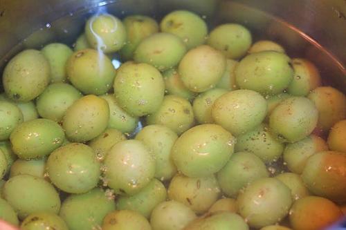 Cách làm mứt táo ta - chần táo qua nồi nước phèn chua