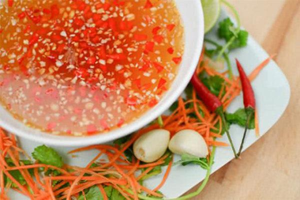 Pha nước chấm chua ngọt có vị tỏi ớt thơm ngon