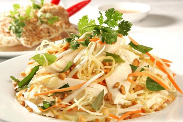 Bạn có thể rắc thêm 1 chút lạc đã rang sau khi trộn xong salad - cách làm salad trộn