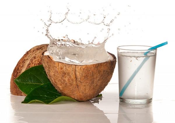 Lấy nước dừa - cách làm sinh tố dừa