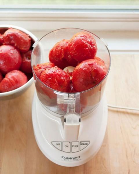 Cho phần cà chua đã lột vỏ vào xay - cách làm sốt cà chua