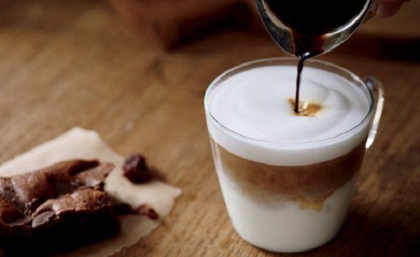 Rót cà phê vào ly sữa chua đánh đá - cach lam sua chua danh da
