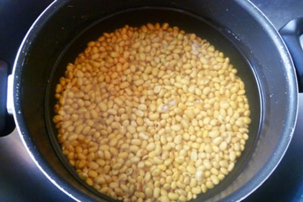 Cách làm sữa đậu nành - ngâm đỗ tương trong nước và để chỗ thoáng mát