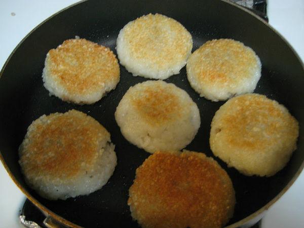 Cho xôi vào chảo dầu nóng chiên giòn lên - làm xôi chiên