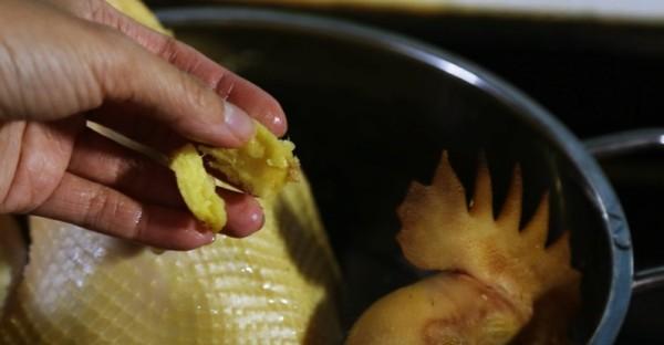 Cach luoc ga: Luộc cùng với gừng để thịt gà săn và thơm
