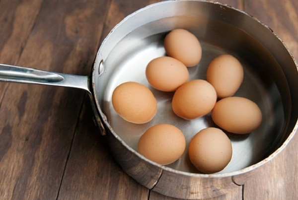 Chuẩn bị luộc trứng - luộc trứng bao lâu