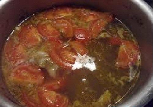 Cách làm bún ốc hà nội - Cho cà chua vào nước hầm xương nấu