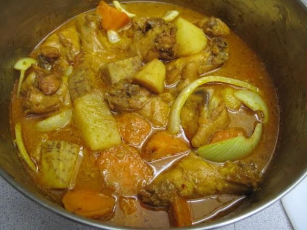 cách nấu cà ri gà - Hầm gà với khoai lang không thể thiếu vị sả