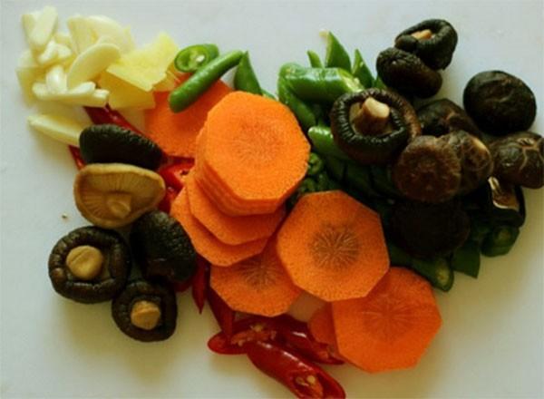 Nấm và một số nguyên liệu khác - cách nấu canh gà nấm