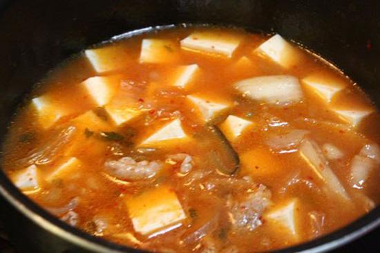 Đun canh kim chi trên bếp - Cách nấu canh kim chi hàn quốc