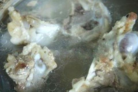 Cách nấu cháo lòng ngon - Ninh xương heo lấy nước