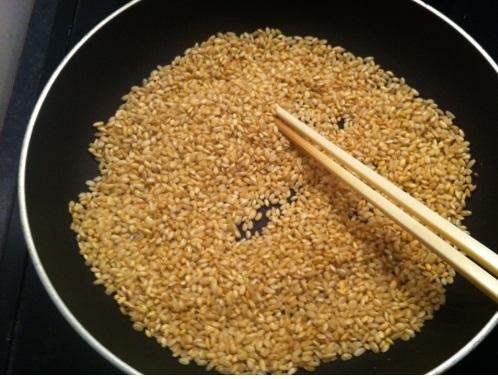 Cách nấu cháo thịt bằm - Rang gạo cho vàng đều