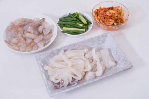 Sơ chế nguyên liệu - cách nấu lẩu kim chi hải sản hàn quốc