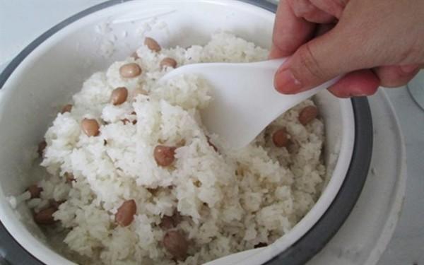 Nấu xôi lạc bằng rá cách thuỷ - cách nấu xôi lạc bằng nồi cơm điện