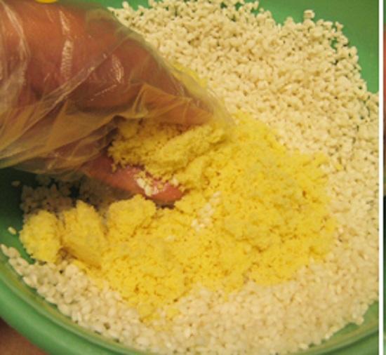 Trộn đều gạo nếp với 1/2 chỗ đã đã xay mịn và dầu ăn, muối rồi cho vào xửng hấp - cach nau xoi vo