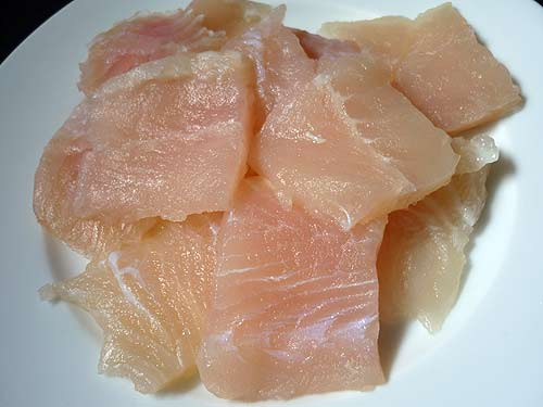 chả cá lã vọng - Cắt phi lê cá lóc thành miếng nhỏ vừa ăn