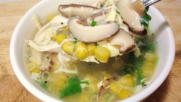 Cách nấu súp gà ngon nhất dành cho bé - Trang trí món súp gà bằng hành lá và ngò rì để món ăn nhìn đẹp mắt.