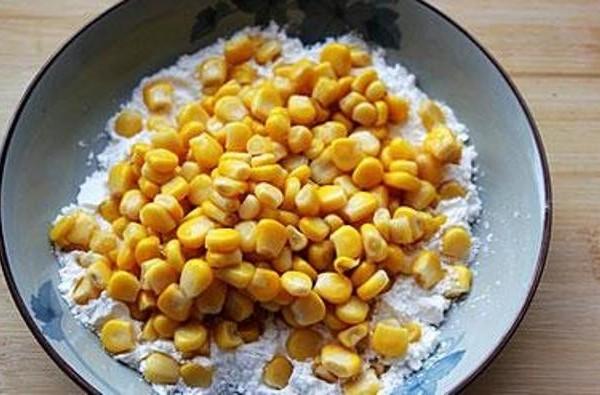 Cho ngô vào trộn đều với bột - cách làm ngô chiên bơ ngon