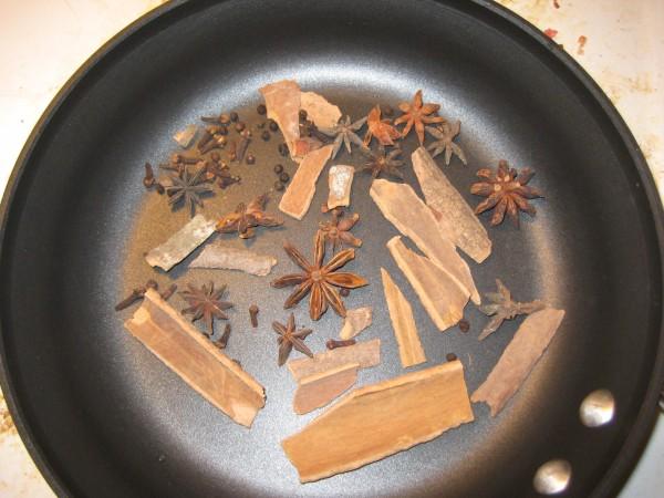 Cách nấu phở gà ngon nhất - Rang hoa hồi, quế, thảo quả...