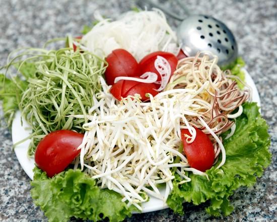 cach nau bun bo - Ngâm rau sống với muối và ít nước cốt chanh