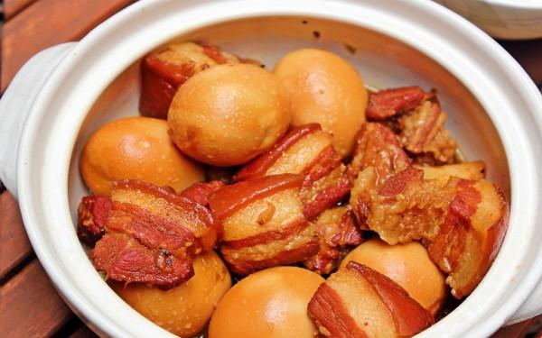 thit kho tau ngon - Thịt kho tàu có vị mặn và ngọt thanh thanh, thịt mềm thơm ngon.