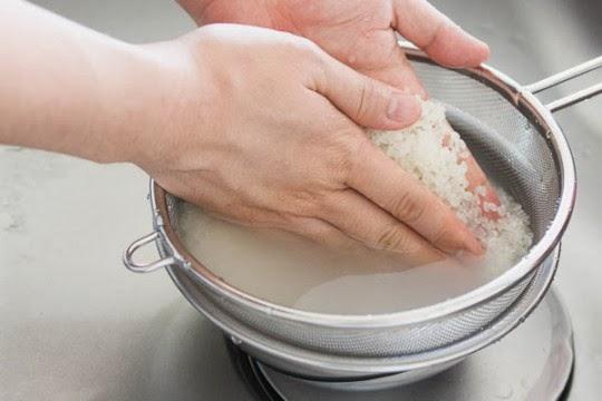 Gạo được vo và ngâm trong bát