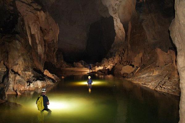 Nên mang theo đèn pin để khám phá hang động được an toàn hơn