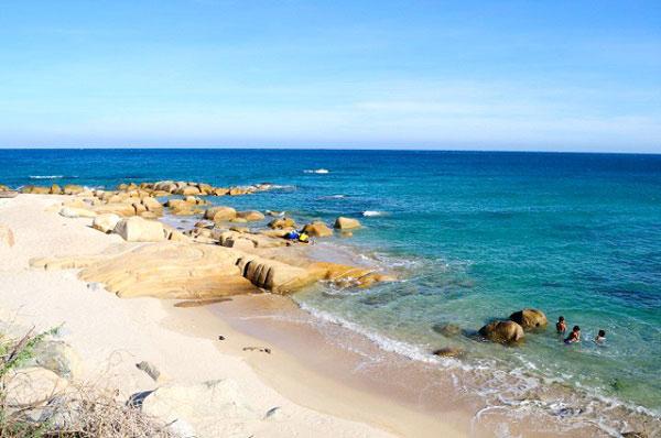 Dải cát trắng trải dài theo bờ biển