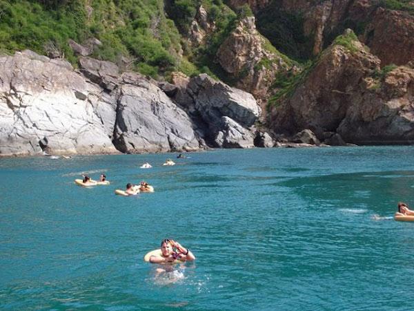khách du lịch tắm dưới biển